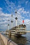 Een mening van het drijvende restaurant Blagodat bij de Petrovskaya-Dijk Royalty-vrije Stock Afbeeldingen