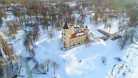 Een mening van het kasteel Bip, dag in de luchtvideo van Februari Pavlovsk, Rusland stock footage