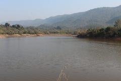 Een mening van het meer en de heuvels op de achtergrond stock afbeeldingen