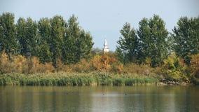 Een mening van het meer met de kerk in het midden van het kader stock videobeelden