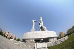 Een mening van het Monument aan Arbeiders` Partij die van Korea in Pyongyan oprichten DPRK - Noord-Korea Royalty-vrije Stock Afbeeldingen