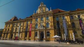 Een mening van het Museum van Kunsten en Ambachten timelapse hyperlapse in Zagreb in de loop van de dag Zagreb, Kroatië stock footage