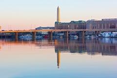 Een mening van het Oost-Potomac Park op de Nationale Monument, brug en Loopplankjachthaven in de lente Royalty-vrije Stock Foto