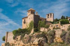 Een mening van het oude kasteel van het strand Tamarit Stock Foto's