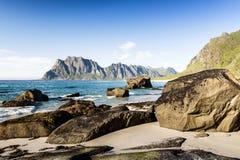 Een mening van het rotsachtige strand Lofoten noorwegen Royalty-vrije Stock Fotografie
