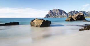 Een mening van het rotsachtige strand Lofoten noorwegen Stock Foto's