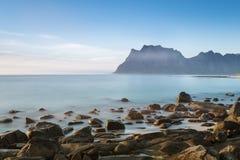 Een mening van het rotsachtige strand Uttekleiv Lofoten Stock Fotografie