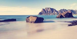 Een mening van het rotsachtige strand Uttekleiv Lofoten Royalty-vrije Stock Foto