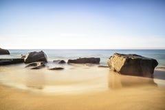 Een mening van het rotsachtige strand Uttekleiv Lofoten Royalty-vrije Stock Foto's