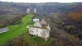 Een mening van het vogel` s oog van de geruïneerde kerk en de ruïnes van het Chervonohorod-Kasteel ukraine stock videobeelden
