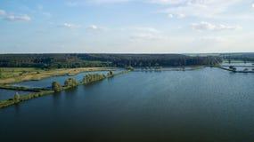 Een mening van het vogel` s oog van de rivier, de vijver Royalty-vrije Stock Foto