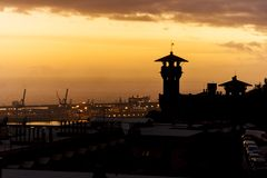 Een mening van heuvels van een zonsondergang op Genoa Port royalty-vrije stock afbeeldingen