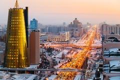 Een mening van hierboven over een grote weg die naar de horizon, en een gouden wolkenkrabber van minestry in Astana, Kazachstan d Royalty-vrije Stock Foto's