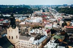 Een mening van hierboven over het historische centrum van Lviv De daken van de oude stad Daken van Lviv, de Oekraïne Royalty-vrije Stock Foto
