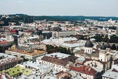 Een mening van hierboven over het historische centrum van Lviv De daken van de oude stad Daken van Lviv, de Oekraïne Royalty-vrije Stock Foto's