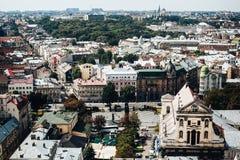 Een mening van hierboven over het historische centrum van Lviv De daken van de oude stad Daken van Lviv, de Oekraïne Stock Afbeelding