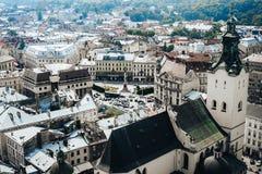 Een mening van hierboven over het historische centrum van Lviv De daken van de oude stad Daken van Lviv, de Oekraïne Stock Foto