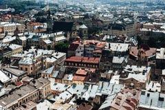 Een mening van hierboven over het historische centrum van Lviv De daken van de oude stad Daken van Lviv, de Oekraïne Royalty-vrije Stock Fotografie