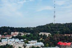 Een mening van hierboven over het historische centrum van Lviv De daken van de oude stad Daken van Lviv, de Oekraïne De toren van Royalty-vrije Stock Afbeelding