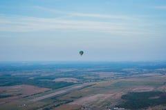 Een mening van hoogte hierboven - landsacape weinig stad en horisont Ballonvlucht mand 1000 meters het hebben van pret, romantisc Royalty-vrije Stock Afbeeldingen