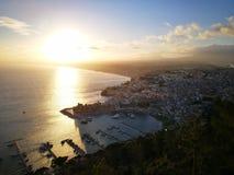 Een mening van een kleine stad in Sicilië tijdens zonsopgang Stock Afbeeldingen