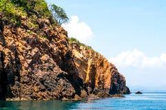 Een mening van klippenrots op het eiland van Khao Talu Royalty-vrije Stock Afbeeldingen