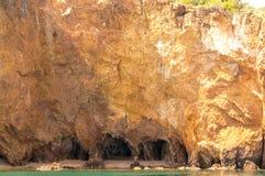Een mening van klippenrots op het eiland van Khao Talu Royalty-vrije Stock Fotografie