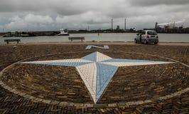 Een mening van een lege dijk op een bewolkte dag in IJmuiden, N royalty-vrije stock afbeeldingen