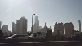 Een mening van Lower Manhattanhorizon in de middag van Uber-taxiauto het drijven op het westelijke deel dat van wordt gefilmd stock video