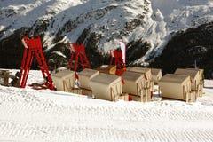 Een mening van opgeheven stoelen en zitkamers in de sneeuw behandelde landschap en bergen in St Moritz Switzerland in de alpen Stock Fotografie