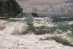 Een mening van overzees of de oceaangolfplonsen kijken bevroren en mooi Stock Foto