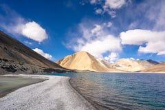 Een mening van Pangong-Meer in Ladakh Pangongmeer of Pangong Tso het \ 's één van meren de van het wereld\ 's hoogste zoutwater royalty-vrije stock afbeelding