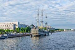 Een mening van Petrovskaya-Dijk met het drijvende restaurant Blagodat Stock Afbeelding