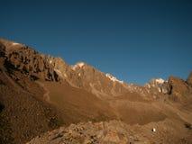 Een mening van Racek-Kamp onder Pik Uchitel, Kyrgyzstan Stock Afbeeldingen