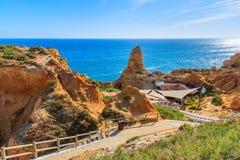 Een mening van restaurant op kust van Portugal Stock Afbeeldingen