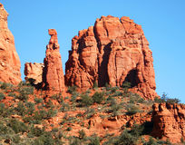 Een mening van Rode Rotsen, Blauwe Hemel, en Groene Bomen royalty-vrije stock afbeelding