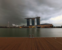 Een mening van Singapore Marina Bay Signature Skyline over het dek Royalty-vrije Stock Fotografie