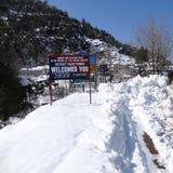 Een mening van sneeuw behandelde Mughal-Road na sneeuwval in Peer Pancha Stock Foto