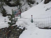 Een mening van sneeuw behandelde Mughal-Road na sneeuwval in Peer Panchal-waaier in Poonch Royalty-vrije Stock Foto's