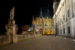 Een mening van St Barbara Kathedraal in de nacht royalty-vrije stock afbeelding