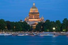 Een mening van St Isaac Cathedral van Neva River in de witte nacht, Heilige Petersburg stock fotografie