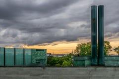 Een mening van stad en kerkspits met een modern gebouw stock foto