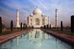 Een mening van Taj Mahal op de blauwe hemelachtergrond royalty-vrije stock foto's