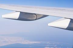 Een mening van een venster in een vliegtuig, vleugel van een vliegtuig royalty-vrije stock fotografie