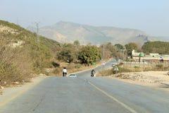 Een mening van verkeer en wegen in Punjab, Pakistan stock foto's