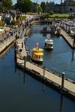 Een mening van watertaxis op het oriëntatiepuntwaterkant van Victoria, Victoria Royalty-vrije Stock Afbeeldingen
