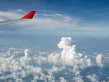 Een mening van wolken van een vliegtuig stock foto's
