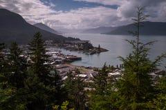 Een mening vanaf de bovenkant van MT-Dewey van de verre gemeente van Wrangell in Alaska, lange blootstelling om de oceaan glad te stock fotografie