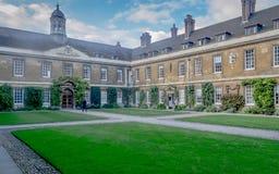 Een meningstuin binnen Drievuldigheid Hall College op een zonnige dag, Cambridge royalty-vrije stock afbeelding