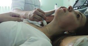 Een mens arts maakt diagnostiek van de schildklier met moderne medische apparatuur stock footage